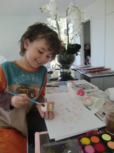 Mio målar ägg.