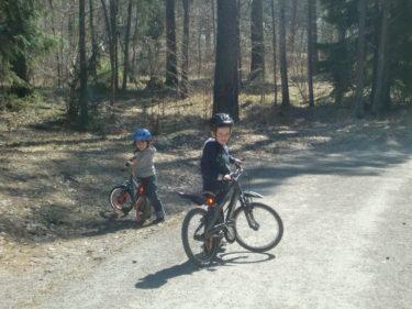 Äntligen kan pojkarna cykla.