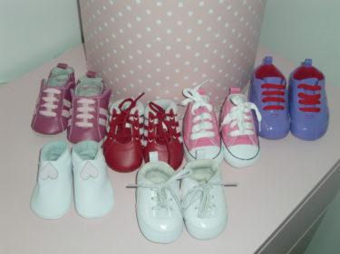 Har redan fört över min sko fetish till det lilla ofödda barnet :-). Ställde fram hennes skosamling.