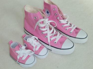 Hittade ett par likadana Converse till mig som bebisen har. Jag som sagt aldrig rosa, och nu köper jag likadana skor och kläder till oss...i rosa!