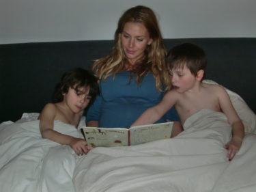 """""""Läskiga boken"""" blev än en gång kvällens val när vi skulle läsa saga."""