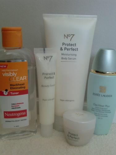 Använder alltid ansiktsvatten (Neutrogena), ansikts-och ögonkräm från No7 eller dagkräm med lite färg från Estée Lauder.