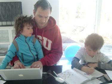 Frukost, lite läxläsning för William och jobb för Peter nu på morgonen.