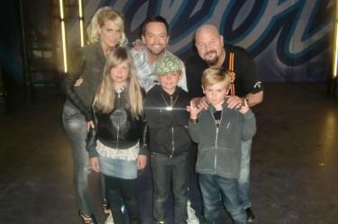 En stolt William med pappa, glada kompisar och Anders och Laila i Idol juryn.