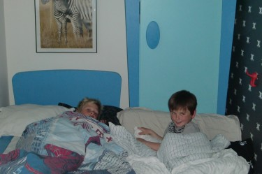 Lancelot och William låg och tittade på gamla Idol avsnitt md Johan Palm innan de somnade.