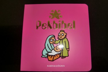 """Idag fick Liv sin första bok av en vän till oss. det är en Pekbibel för bebisar. Nu kommer """"prästmormor"""" bli glad :-)"""