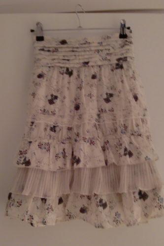 Blommig kjol i två lager. Snyggt att ha både till boots eller små sandaler.