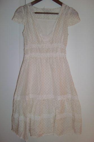 Skir klänning med underklänning och spets detaljer.