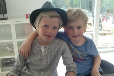 Två glada och blonda kusiner.