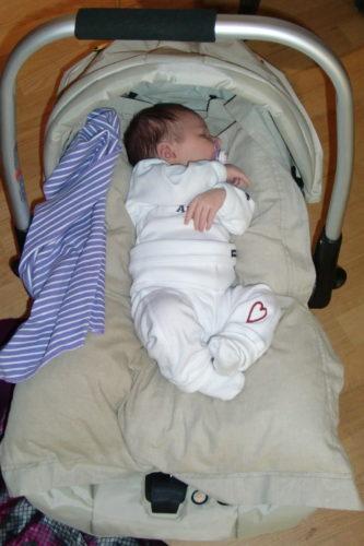 Lilla bebis Liv sov som en liten gris. Hon hade ett gäng beundrare som önskade att hon skulle vakna.