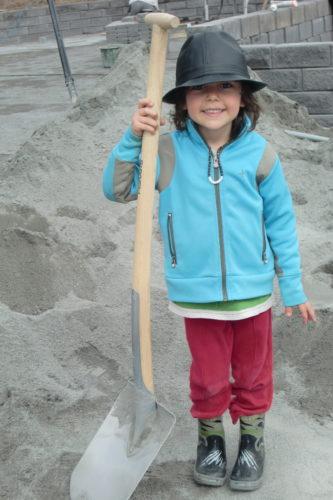 Mio hjälpte till att gräva och göra fint på tomten.