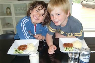 Mina fina pojkar. Idag blev de morotsbiffar till middag.