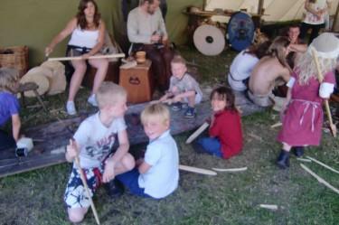 Nick, William, Mio och Chris fick göra sina egna vikingasvärd i trä.