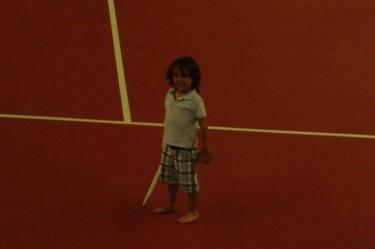 Festen var i tennishallen, så Mio tränade på sin backhand.