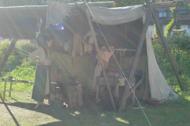 Nedanför där vi åt har det byggts upp en liten vikingaby med tält.