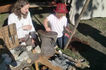 Där fick William hjälpa till att smälta tenn och göra ett eget smycke. Barn kan även göra bla träsvärd, bågar och sköldar. Får även lära sig massor om vikingatiden. Vi tänker gå dit igen med Mio.