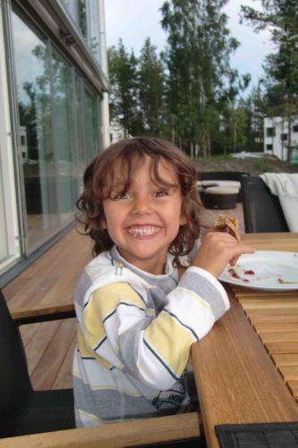 Mio åt pannkakor istället för sill. Glad Midsommar!