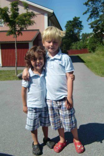 Mina stora pojkar på väg till Helene och kompisarna imorse.