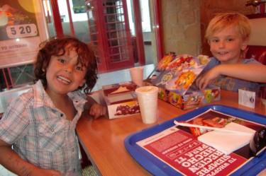Efter att vi spanat på folk upptäckte vi att klockan var så mycket att vi fick ta en sunkmiddag på Burger King.