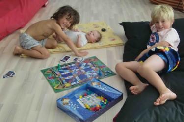 Liv får vara med pojkarna när de spelar spel, så jag kan ligga på soffan och kurera mig. Fina, älskade barn.