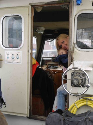 """Här sitter vi på en riktig hederlig gammal fiskebåt som Ove styr. Ove ser ut som en väderbiten Michael Nyqvist, vilket får mig att känna mig ännu mer som i en """"deckarfilm""""."""