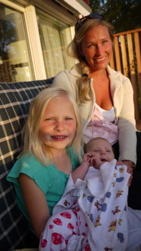 Linda med äldsta dottern Olivia som gosade med Liv.