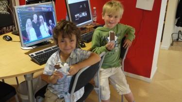 Pojkarna satt utanför studion och åt glass.
