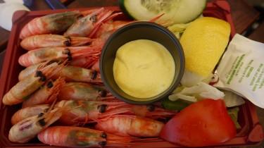 Vi åt räkor innan, och sparade skalen till krabbete.