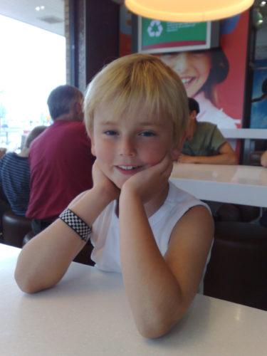 """Vi stannade till och åt på vägen till flygplatsen. Min fina, älskade William log glatt, trots att jag tror att han är inne i något slags förstadie till puberteten. Han kan vara en riktig suris, och favorit orden är """"men ÅÅHHH, måste jag?!!!!"""""""
