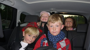 Barnen på väg till bion i bilen.