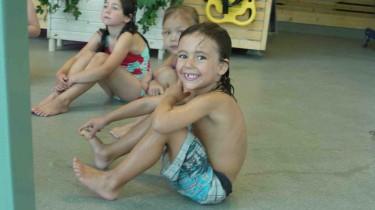 Mio simmar som en liten fisk. Han gillar att gå på simskola.
