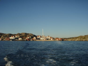 Här lämnar vi vårt lilla paradis en stund med båt, för att åka och äta.