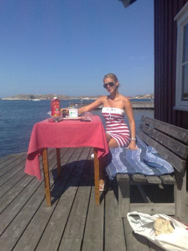 Varje morgon åt vi frukost i solen på bryggan till sjöboden.