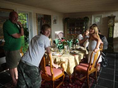 Efter en tripp till Götet och shopping, vänatde en god middag här i Båstad. Peters systers barn Tim och Amanda är också här.