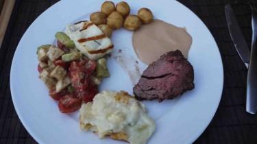 Hela kostcirkeln. Oxfilé, potatisgratäng, halloumiost, potatiskroketter, sås och sallad.
