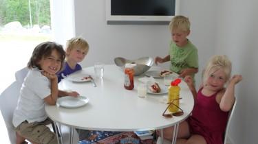Barnen åt korv och jordgubbar med glass till efterrätt.