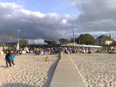 Dans och musik på stranden.