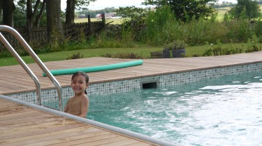 Mio badar trots dåligt väder.