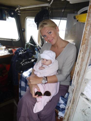 Här sitter jag på båten, glatt ovetande om räkornas hämnd som senare inträffade. (Fina Marita, Livs filt kommer från Babyringen i Malmö, en present från farmor)