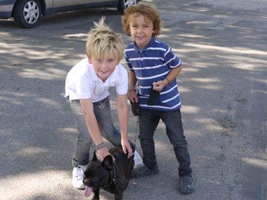 Pojkarna hjälpte mig med henne på vägen hem, vi missade bussen och fick gå hem.