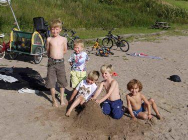 William och Mio med kompisarna Alex, Erik och Gustav, som alla är bröder och bor granne med oss.