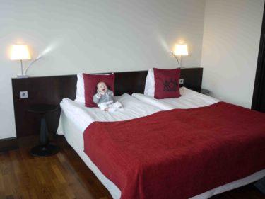 Provligger sängen, med ett stort leende, så den måste vara jätteskön...