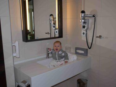 ... och till sist provar hon vårt badrum. Allt får högsta betyg av oss båda :-).