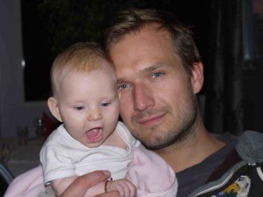 Håller med om att det är väldigt mycket pappa i lilla Liv :-). Hoppas bara att hon slipper skägget, men brås hon på mig så får hon i och för sig mustasch, och det är inte så mycket bättre..