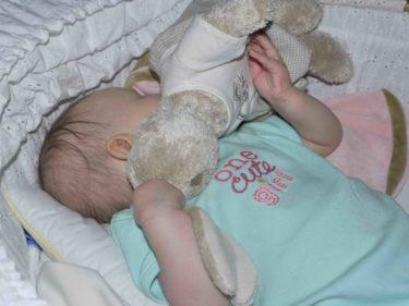 Nu sover hon sött, med sin favorit kanin mot ansiktet. Hon trycker alltid in sitt ansikte i sin filt eller sin kanin och så somnar hon tryggt. Hoppas hon inte har ont i natt och får sova utan tårar.