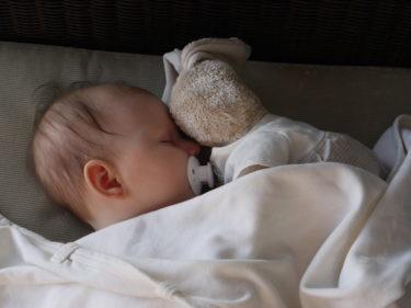 Liv brukar alltid somna när jag pussar henne på pannan, men igår kväll blev jag ratad av hennes kanin. Hon somnade sött bredvid mig i soffan med sin kanin tryckt mot pannan.
