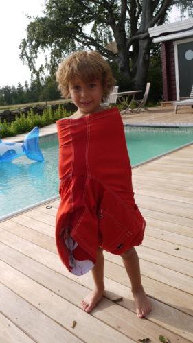 Mio sitter fast i Peters badbyxa. Tvångströja för jobbiga barn :-).