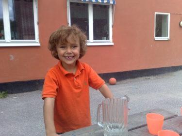 Mitt lilla fistroll är så stolt och glad. Här smilar han upp sig på skolgården.