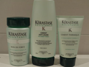 Använder oftast detta shampot, balsamet och leave-in från Kérastase. Detta är för skadat hår, men finns för alla olika hårkvalitér. Den rosa är också en favorit, den är för färgat hår. Jag tvättar mitt hår i snitt var tredje dag och då räcker produkterna länge, för de kostar ganska mycket. Tycker det är värt det, för mitt hår håller sig fint trots att jag har extensions.