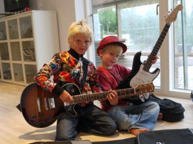 TJ Fire heter killarnas Rockduo. T står för Williams nya idoler Tokio Hotel och J står för Lance favorit Johan Palm. Måste säga att jag verkligen är imponerad av deras glöd och talang.